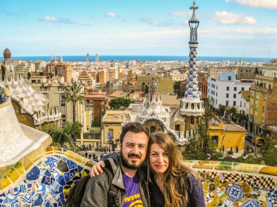 travel couple park guell barcelona travelshare.gr