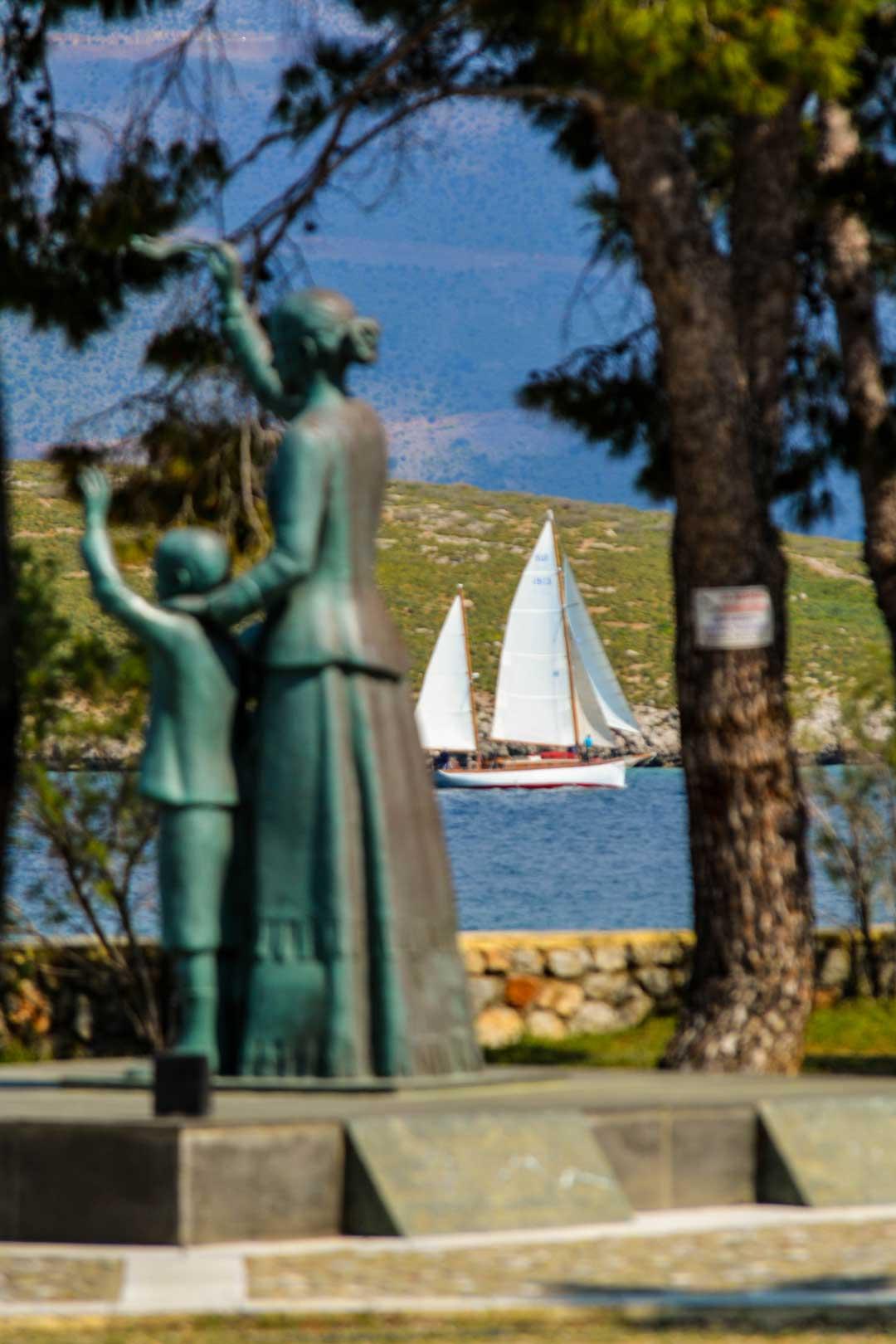 Γαλαξίδι μνημείο της γυναίκας του ναυτικού travelshare.gr