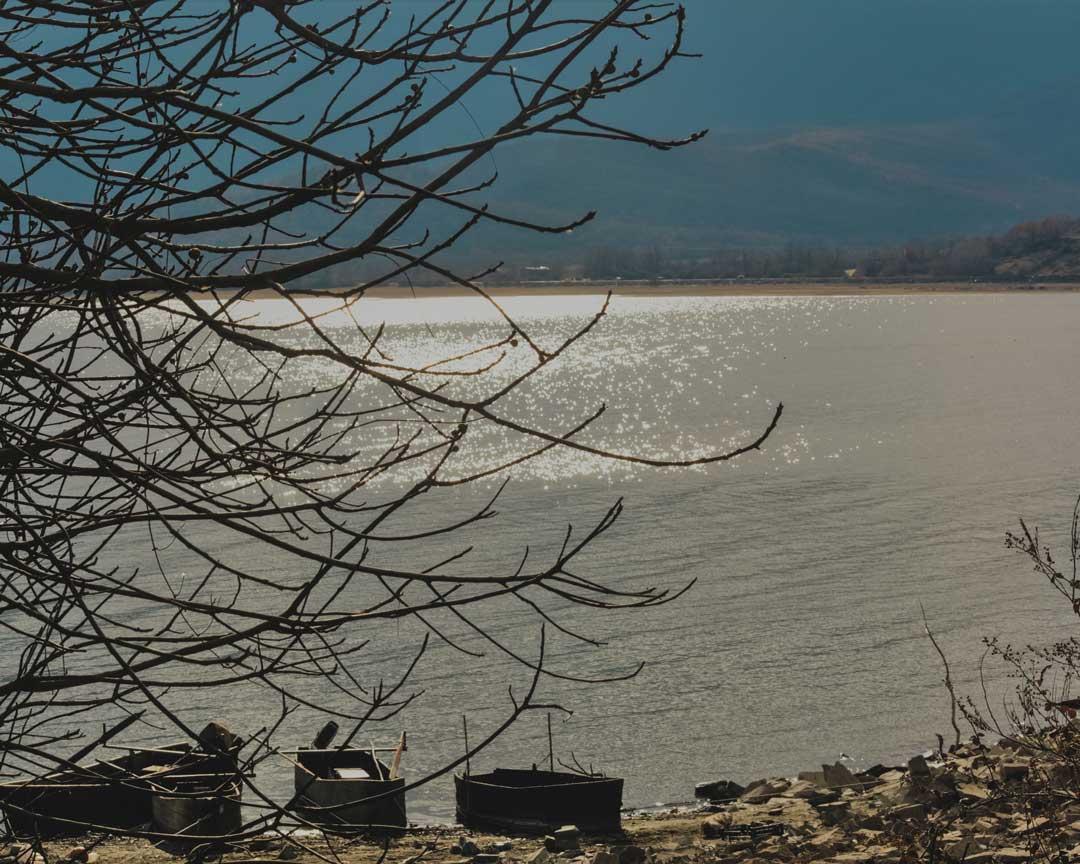 στη λίμνη Κερκίνη Βάρκες στην όχθη travelshare.gr