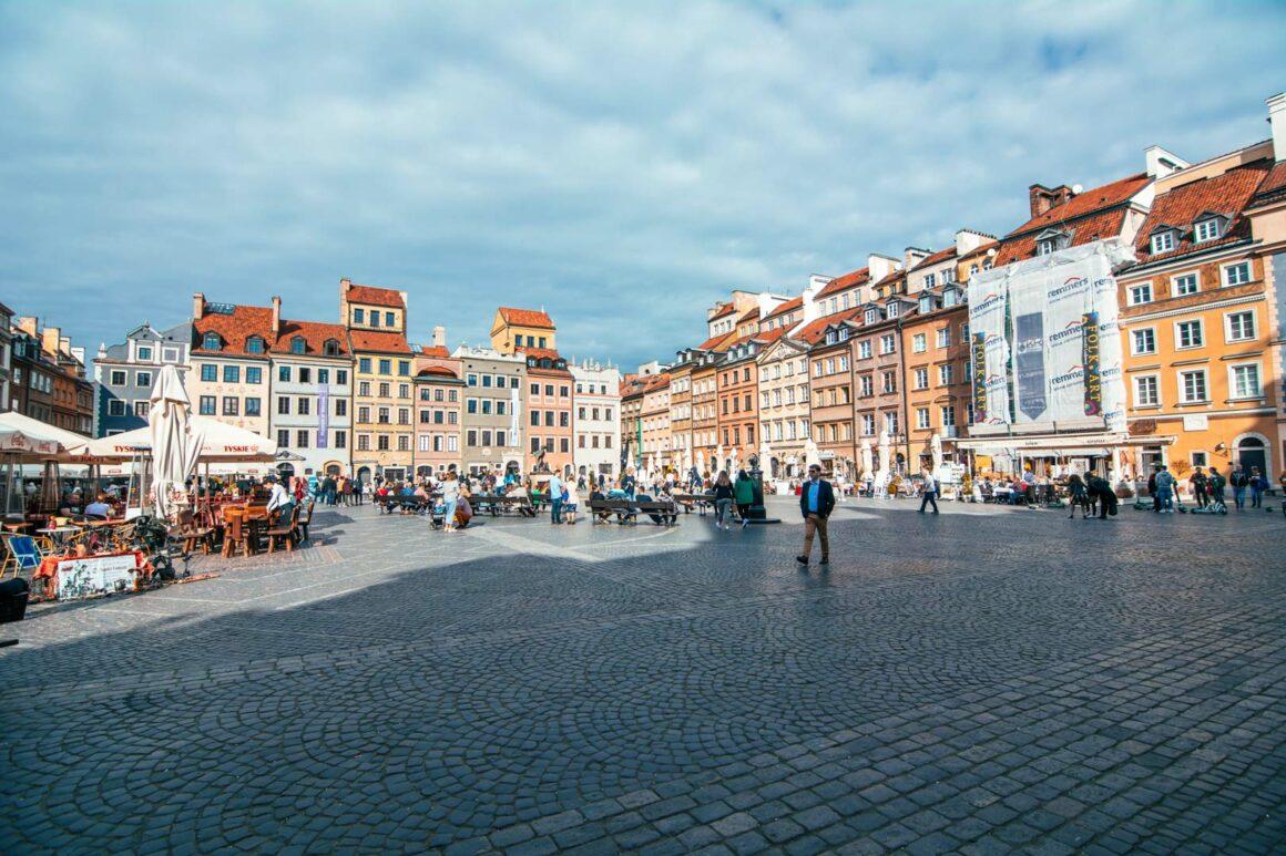 Πλατεία-στην-παλιά-πλατεία-της-Βαρσοβίας-travelshare.gr