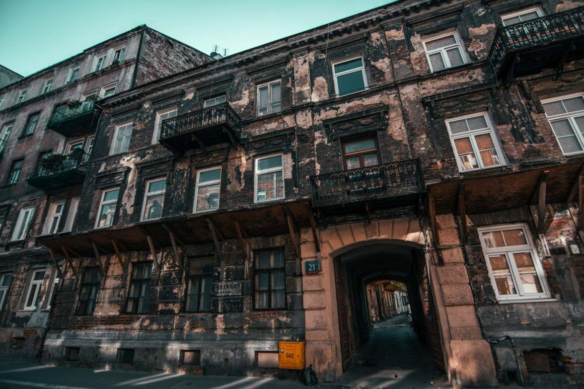 Old-building-in-Praga-Warsaw-travelshare.gr
