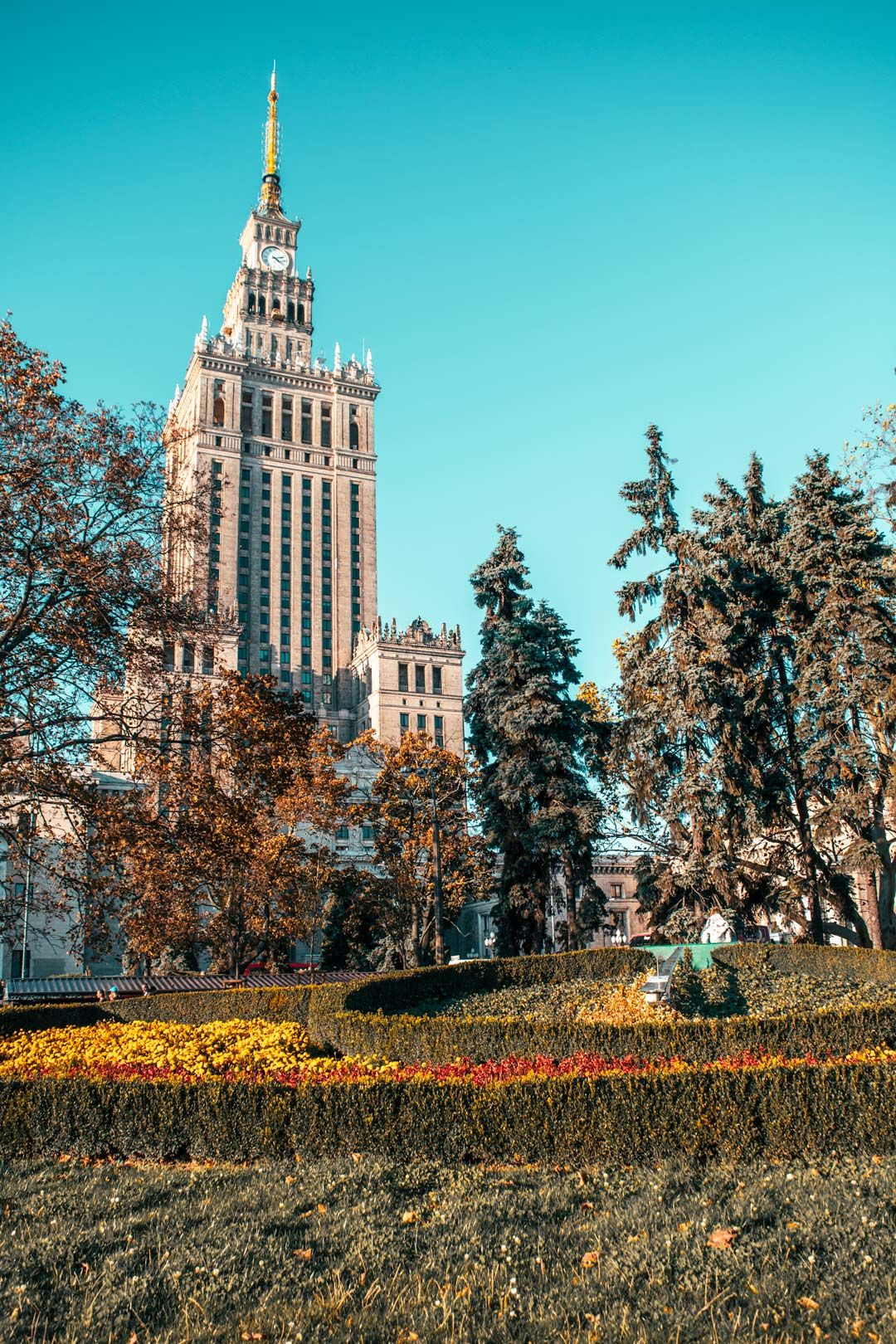 Palace-of-culture-and-sience-Warsaw-Poland-travelshare.gr