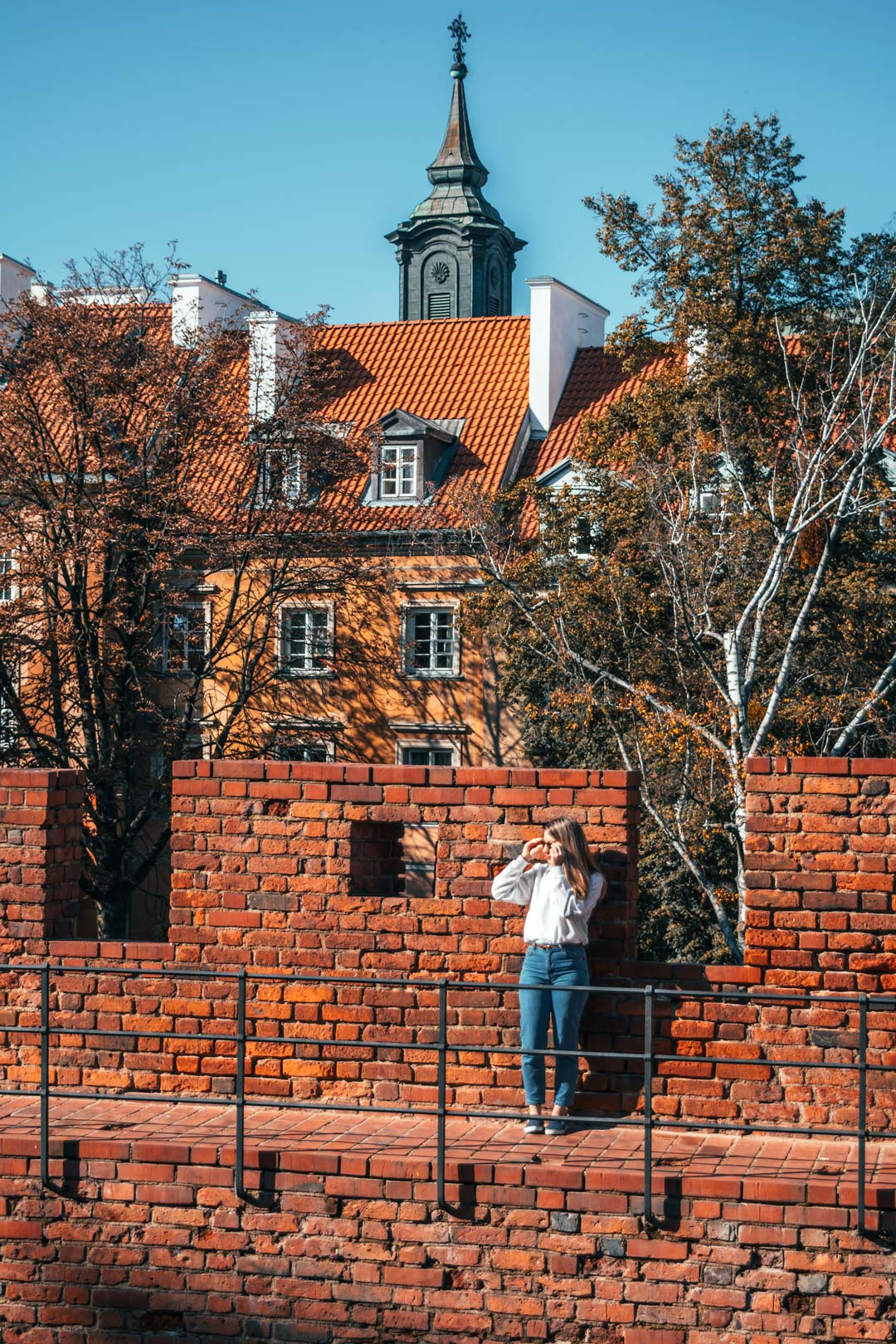 girl-on-the-wall-Warsaw-Poland-travelshare.gr-φωτογραφία στη Βαρσοβία
